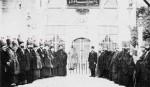Eine Reihe von Scheichen und Muhiben vor dem Eingang zu Grab Hz. Pirs [qs] - 1910 M.